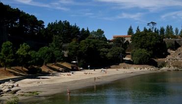ea14478bc2ddb Separada de la playa de Ribeira por el baluarte del Cantiño. Está orientada  al este y tiene un pequeño pinar. Adjunta a las instalaciones del  Monterreal ...